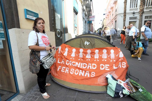 Carmen Omaña huelga de hambre por desahucio delante de bancaja BANKIA JG