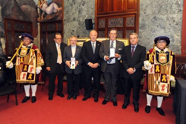 medalla de oro Tenerife Cajasiete y Salesianos hijo adoptivo Wladimiro Rodriguez Brito JG