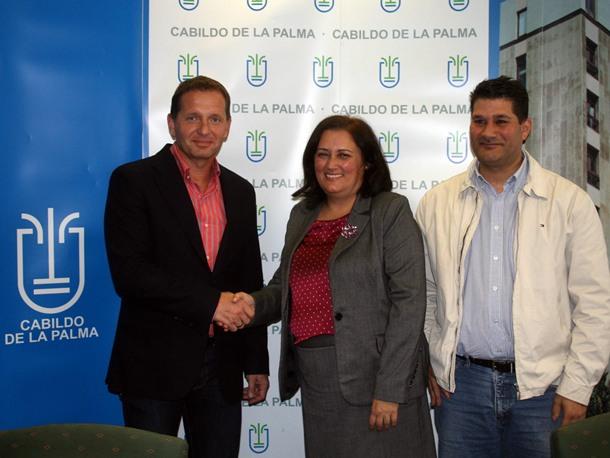 Guadalupe González Taño, junto a Julio Cabrera y el propietario de Itaka, Mariusz Janczuk