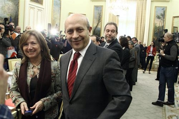 El ministro Jose Ignacio Wert y la secretaria catalana Maria Jesus Mier