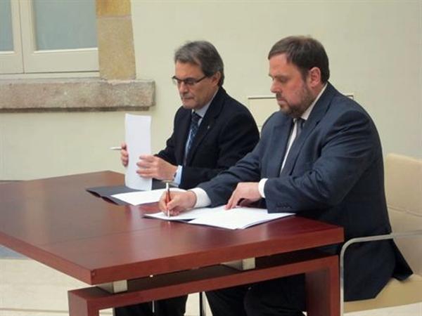 Artur Mas (CiU) y Oriol Junqueras (ERC) firman el pacto de gobernabilidad