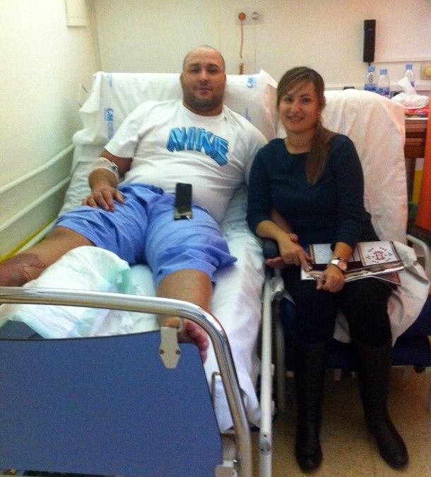 Raúl González y su mujer en el Hospital