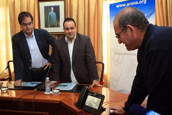 El alcalde de Arona, Francisco Niño (izquierda), junto al edil Marcos Afonso y el responsable del SAC