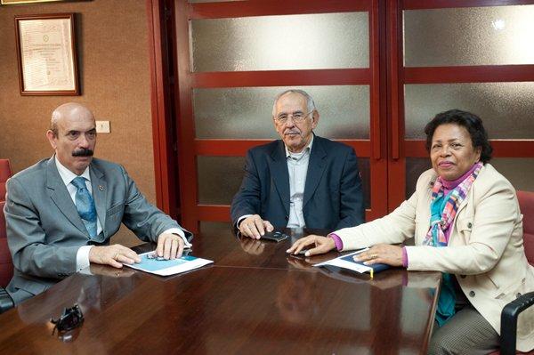 Jorge Rodríguez, Elías Bacallado y la cónsul Irma Mireya Bautista, durante la reunión preparatoria