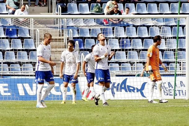 Los jugadores del CD lamentan un gol encajado ante el Getafe B