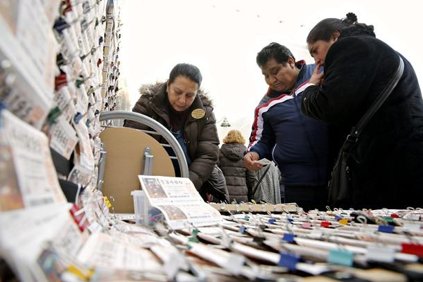 Puestos ambulantes de lotería en la madrileña Puerta del Sol, que dibujan una estampa de ilusión y esperanza de cara al sorteo