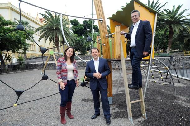 Alicia Álvarez, José Manuel Bermúdez y Dámaso Arteaga parque infantil Viera y Clavijo jg