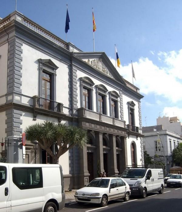 Imagen de archivo de la fachada del Ayuntamiento de Santa Cruz. / DA