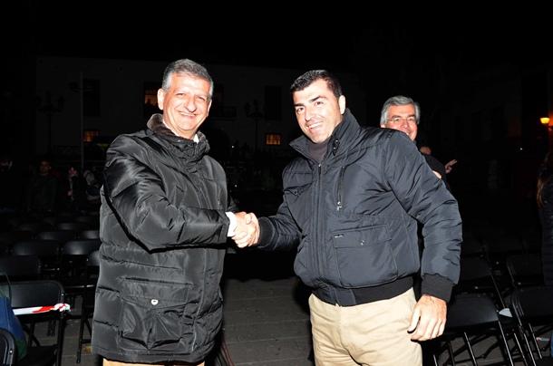 Efusivo saludo de Linares (CC) y Domínguez (PP) en el concurso de murgas del Norte, paralelamente al cierre de la moción de censura. / MOISÉS PÉREZ