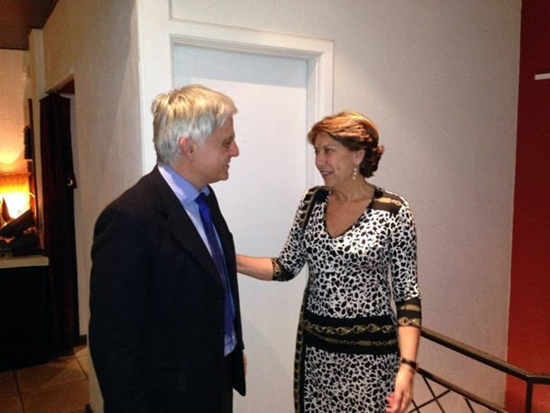 José Miguel Pérez saluda a la vicepresidenta del Banco Europeo de Inversiones, Magdalena Álvarez. | EFE
