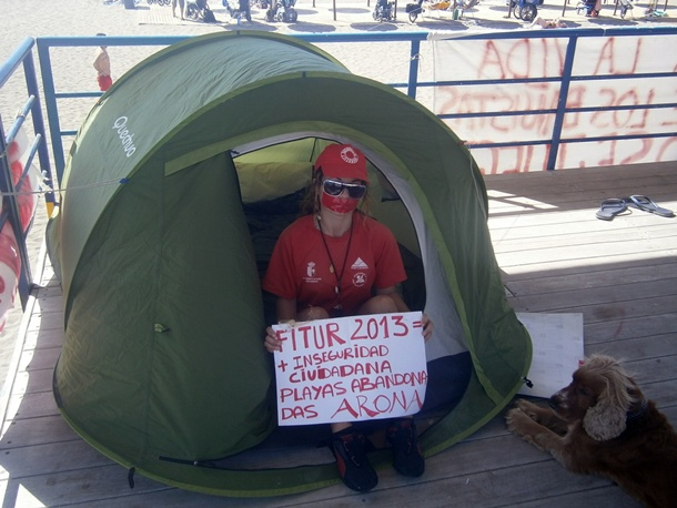 Verónica Rodríguez, ayer, en el puesto de salvamento de Playa de Las Vistas, donde está acampada. | N.D.