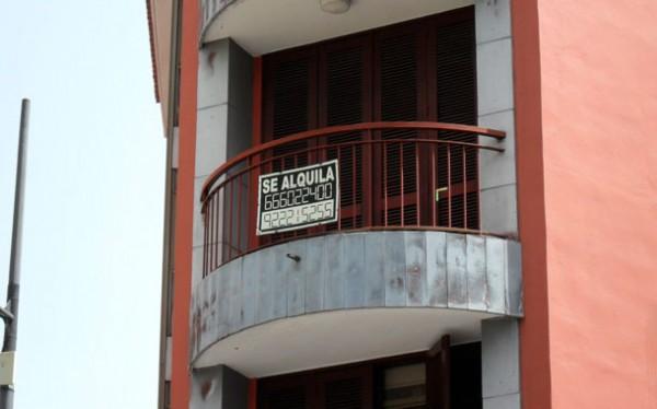 Cartel en el balcón de una vivienda en alquiler