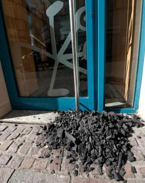 Los Reyes Magos han colocado carbón a las puertas de algunos bancos de la capital
