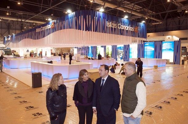 Imagen de los técnicos, montando el pabellón en Fitur, junto a la supervisión del viceconsejero de Turismo, Ricardo Fernández de la Puente. / DA