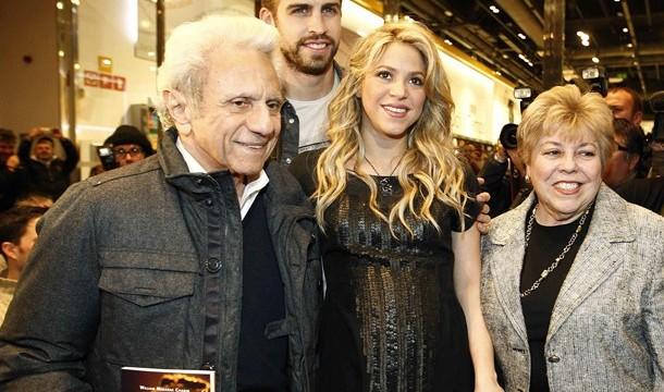 Shakira arropa a su padre en la presentación del libro