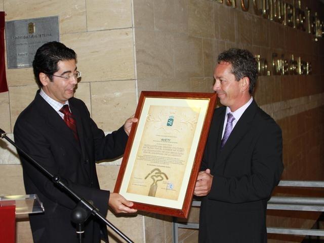Martín entrega a Raúl Morales (derecha) una placa para Aveti.