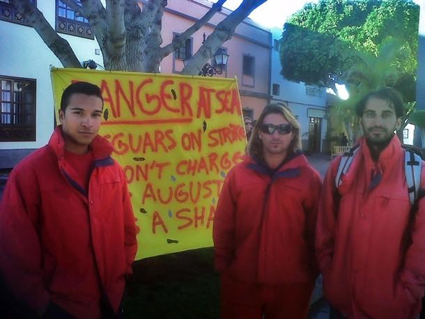 Socorristas de las playas de Arona, ayer, en la plaza del Ayuntamiento, donde se manifestaron. / DA