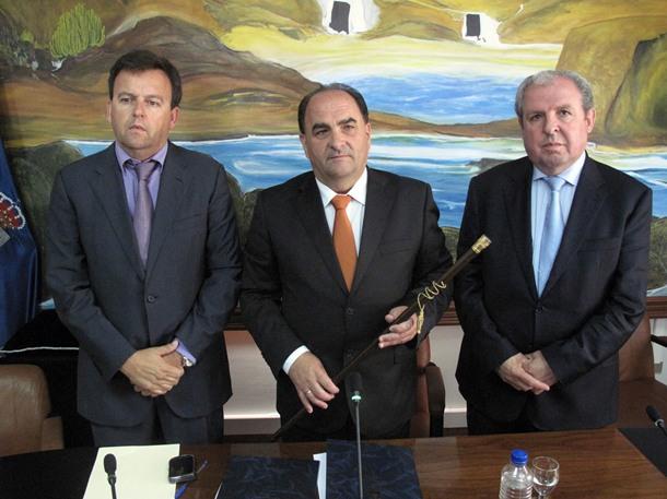 Álvaro Arbelo González, Juan José Armas y Eladio Morales posan tras la moción de censura.   DA