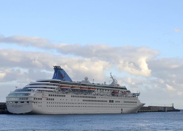 El crucero Thomson Majesty y, en el recuadro, el cable roto que provocó el siniestro. / Miguel Calero (EFE)