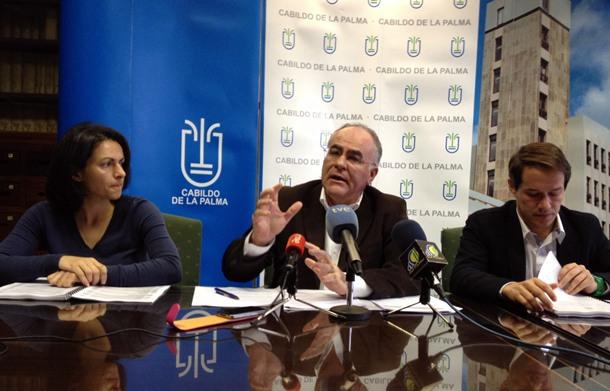 Carlos Cabrera, en su comparecencia de ayer, junto a Elena Álvarez y Mariano Hernández. / DA