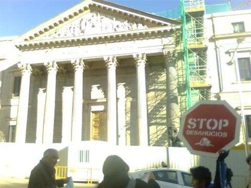 Protesta por fuera del Congreso, coincidiendo con la comparecencia de Draghi, para exigir la dación en pago. / EP
