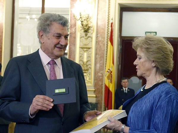 La Defensora del Pueblo, Soledad Becerril, entregó el informe al presidente del Congreso, Jesús Posada. | EFE
