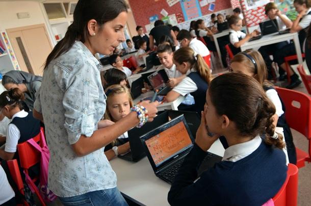 Varias alumnas del colegio Nazaret atienden a la profesora. | MOISÉS PEREZ