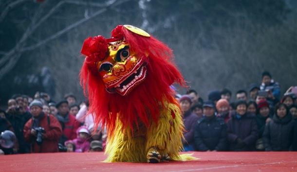 Un actor interpreta el baile del león durante el cuarto día del nuevo año lunar chino, el de la serpiente. | EFE