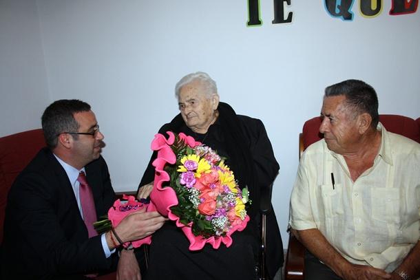 El alcalde Sergio Matos junto a doña Humbelina y su Carmelo. / DA