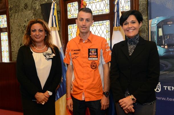 Cristina Valido, Isacc Melián y María del Cristo Pérez en el salón noble de la Corporación insular.   DA