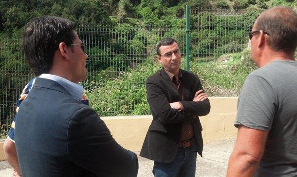 Javier Abreu, en una reunión con ciudadanos, en la zona de Anaga. / DA