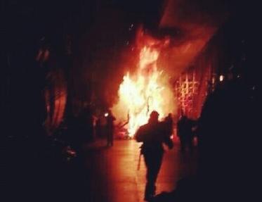 Imagen en la que arde la fantasía que porta Saida Prieto durante la Gala del Carnaval. / DA