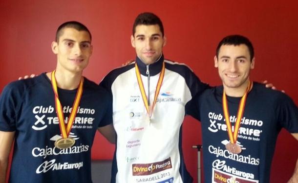 Samuel García, Jonay Jordán y Samuel Sivero con sus medallas.   DA