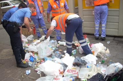 Varios trabajadores de Urbaser y agentes de la Policía Local, revisan un contenedor. | POLICÍA LOCAL