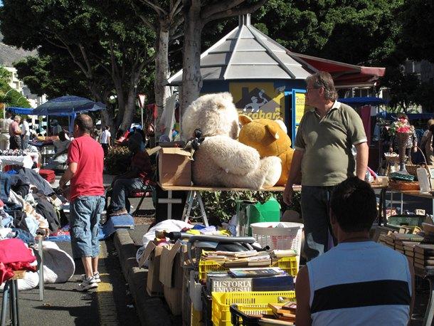 Rastro de Santa Cruz, durante un domingo de actividad. / DA