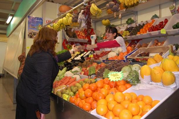 Un puesto de verduras y frutas del Mercado de La Laguna, en su sede provisional de la plaza del Cristo. / DA