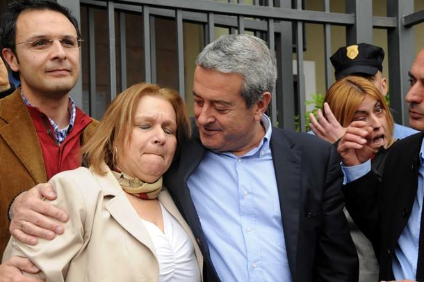 Fidela Velázquez, arropada por varios dirigentes de su partido, saludó y se despidió de los vecinos, que la aclamaban a las puertas del Ayuntamiento ramblero. | M.P.