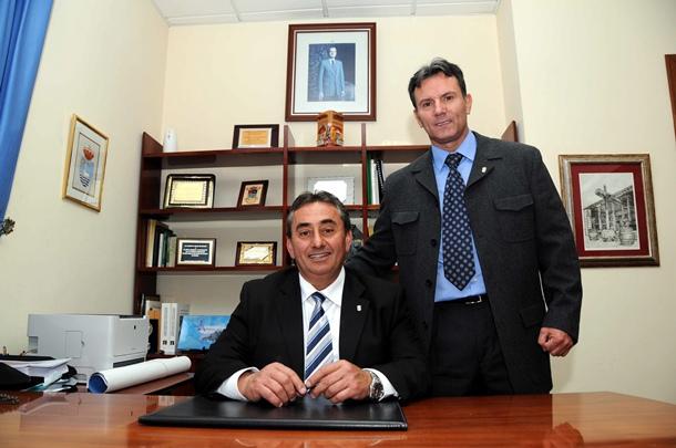 Tomás Mesa (PP) y Marco Antonio Abreu (AIS-CC), en el despacho que el primero ocupará como alcalde. / MOISÉS PÉREZ