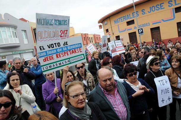 Cientos de vecinos acudieron a las puertas del Ayuntamiento. | M.P.