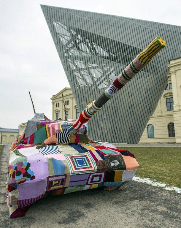Un tanque cubierto de calceta puede verse en el Museo de Historia Militar de Dresde (Alemania) en lo que la asociación  'Louisen Kombi Naht e.V.' quiere promover como un símbolo de la anti-violencia. | EFE