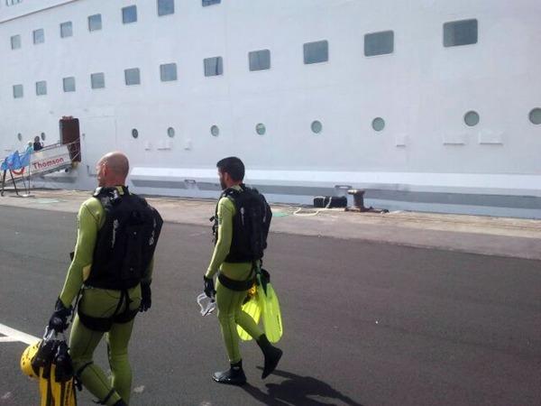 Dos de los buzos que ayudaron en el rescate de los fallecidos. | DA
