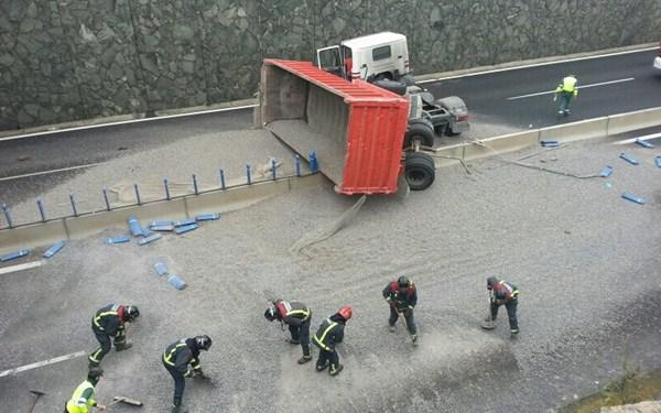 Imagen del estado en el que se encuentra la autopista tras el vuelco del camión. | Vanesa Ramos