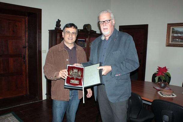 El alcalde (izquierda) posa con el reconocido doctor. / DA
