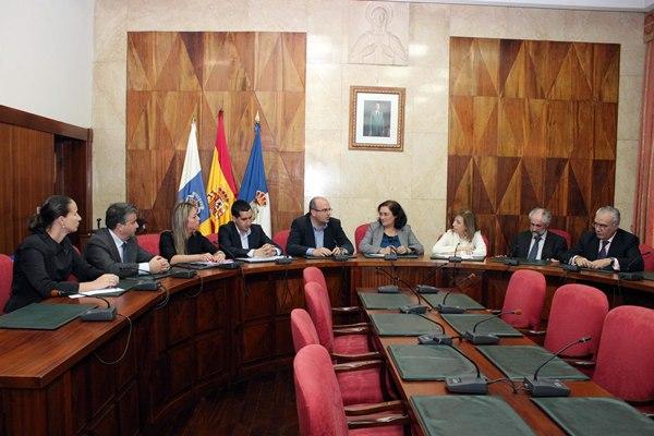 Responsables políticos de ámbito insular, local y estatal, en una reunión para abordar la financiación.   DA