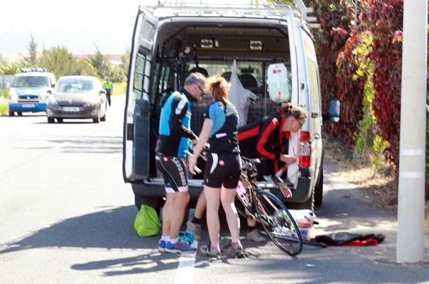 Compañeros de los ciclistas heridos, ayer en el lugar. / G.Z.