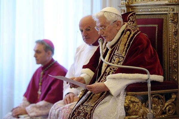 El papa Benedicto XVI hablando durante el Consistorio de cardenales en la Ciudad del Vaticano.   EFE