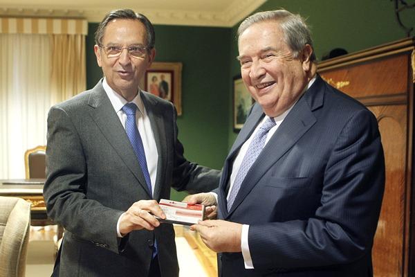 Jerónimo Saavedra entregó su informe anual al presidente del Parlamento canario, Antonio Castro. | EFE