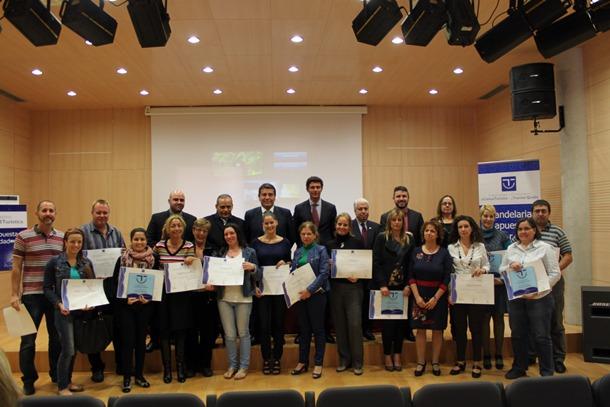 Las 19 empresas posaron ayer con el diploma acreditativo en el salón de actos de la Zona Joven de Candelaria. / DA