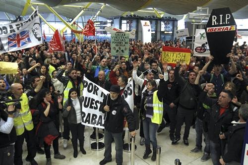 Unos 8.000 trabajadores de Iberia, según fuentes policiales, se han concentrado hoy en la T4. / EFE/Kote Rodrigo
