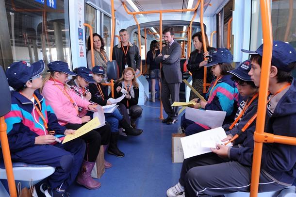 Un grupo de alumnos de los colegios Aguere y Mayex lee durante el trayecto pasajes de Viera y Clavijo. | DA